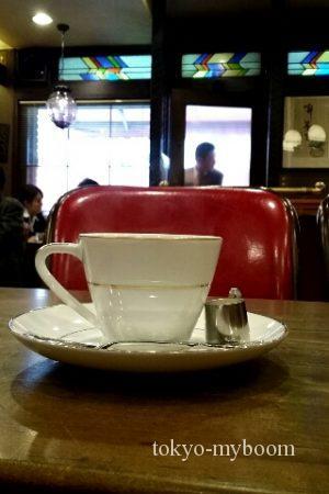 店内赤いソファ